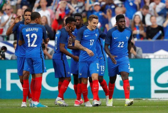 La selección francesa celebra un gol en un partido en Saint Denis