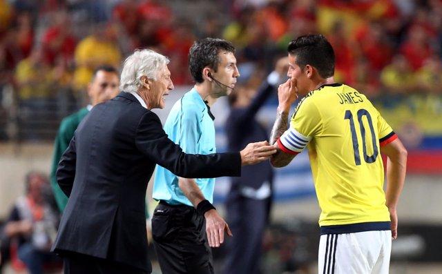 El técnico José Pékerman y James Rodríguez con la selección de Colombia
