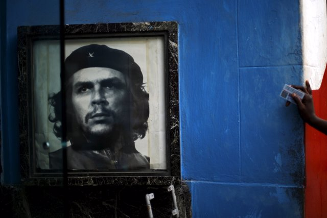 "An image of the late revolutionary hero Ernesto ""Che"" Guevara is seen in a gate"