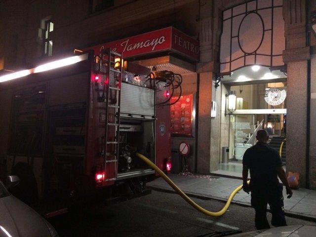 Bomberos del Ayuntamiento apagando el incendio.