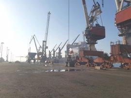 El inicio de la huelga de 48 horas de los estibadores paraliza el Puerto de Santander
