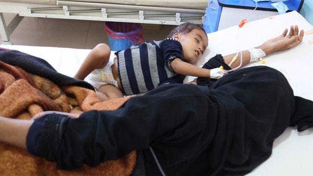 Un niño con cólera y su madre en un hospital en Saná
