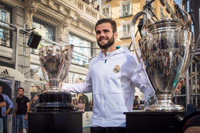 Nacho Fernández con los trofeos de Liga y Champions