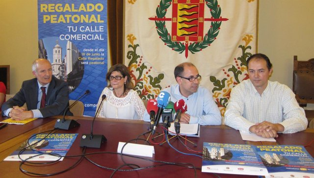 Luis Vélez, segundo por la derecha, junto a representantes del comercio