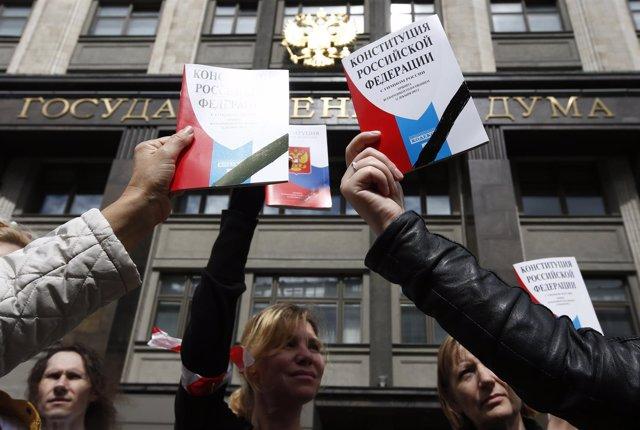Manifestantes en Moscú exhibiendo ejemplares de la Constitución ante la Duma