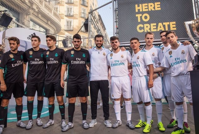 Nacho muestras las dos equipaciones del Real Madrid para la 2017-18