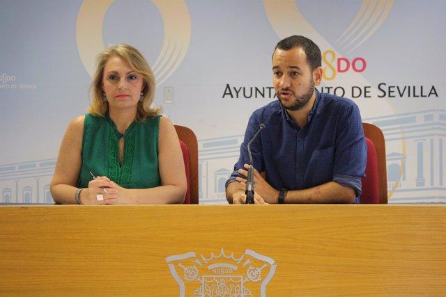 Los ediles de IU, Eva Oliva y Daniel González Rojas, durante la rueda de prensa