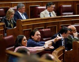 """Protestas en Podemos tras aludir Rafael Hernando a la """"relación"""" de Pablo Iglesias e Irene Montero"""