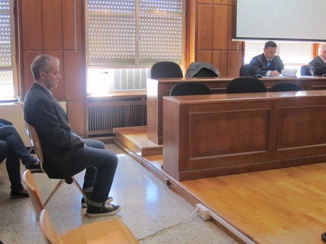 El guardia civil acusado  sentado en el banquillo