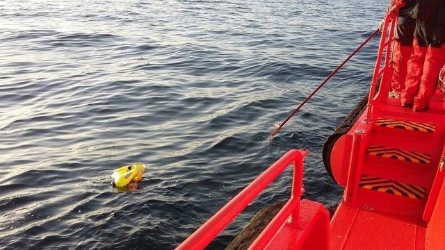 Rescatan a los tripulantes de un pesquero hundido en la Ría de Vigo.