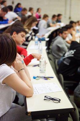 Alumnos realizando las pruebas en la UPNA.