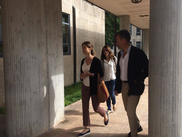 Una de las testigos, la jefa de Farmacia del CHUS, a su llegada a los juzgados