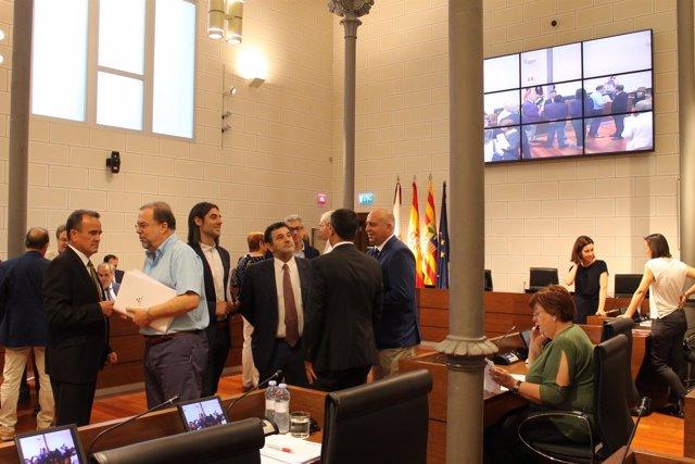 Diputados hablando antes de la celebración del pleno de la DPZ