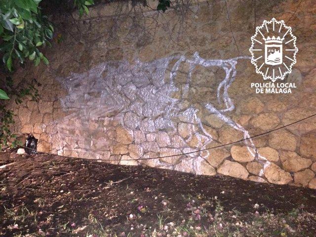 Pintadas en el muro del Cementerio Inglés