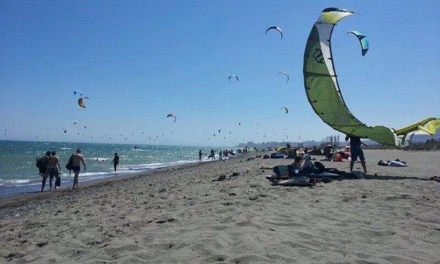 Kitesurf playa bañistas deporte kite club deporte disciplina viento cometa naveg