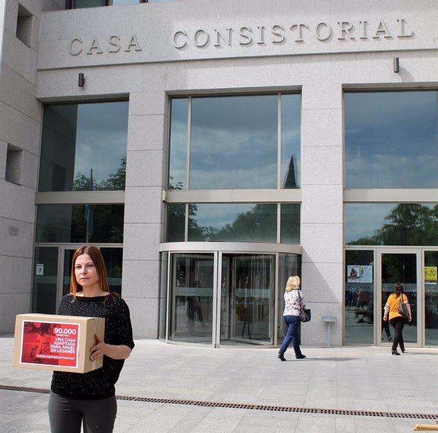 Imagen de la mujer en el momento de entrega de las firmas en el Ayuntamiento