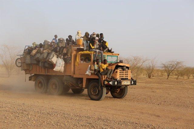 Camión con migrantes en el Sáhara rumbo a Agadez (Níger)