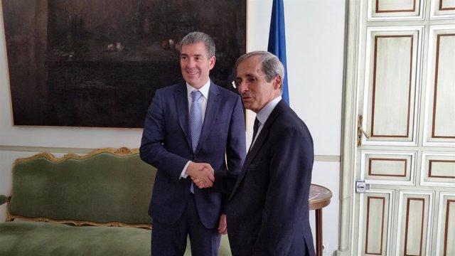 El presidente canario, Fernando Clavijo, junto al embajador francés en España
