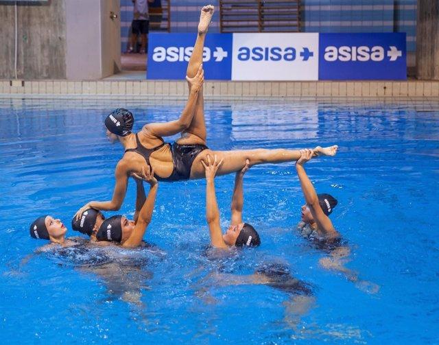El equipo de sincronizada realiza uno de sus ejercicios