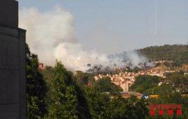 15 dotaciones de Bomberos trabajan en un incendio de vegetación en Girona