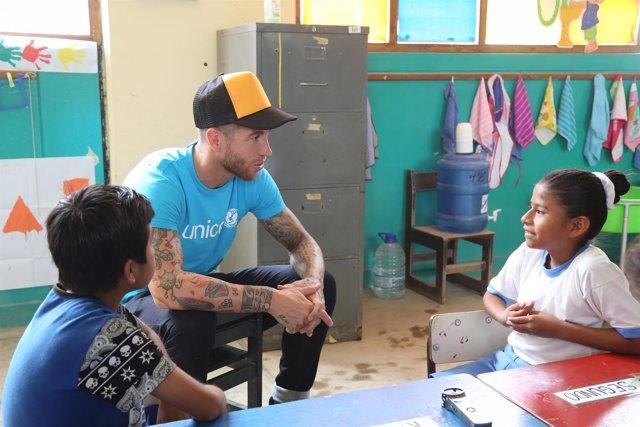 Sergio Ramos en su visita a Perú con UNICEF