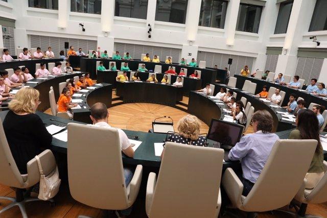 Pleno municipal con adolescentes