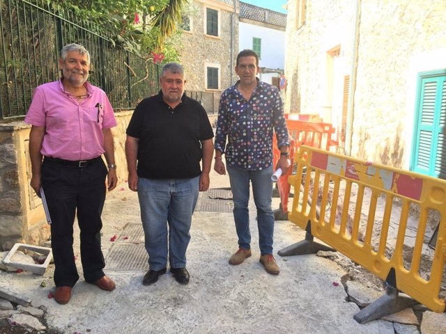 Joan Font, Joan Manera y Guillem Villalonga durante la visita del Consell