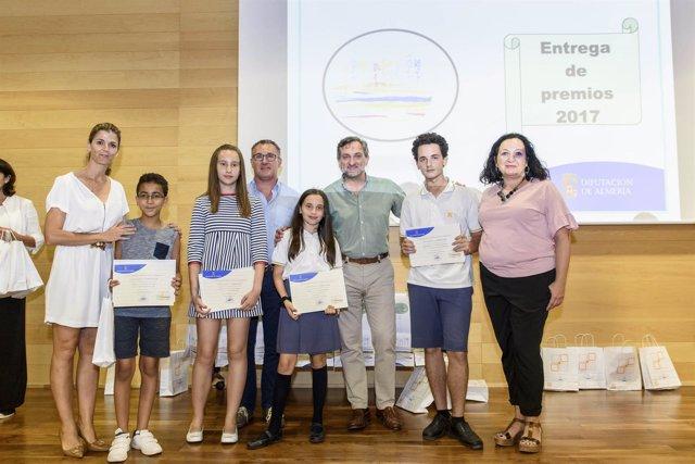 Los finalistas del Concurso de Relatos Interculturales con sus premios.
