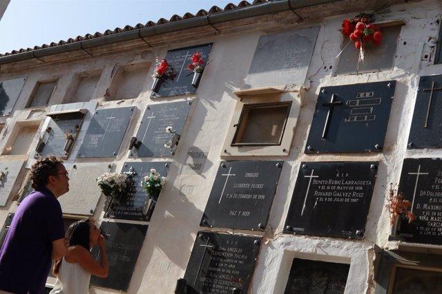 Rojas y González miran la tumba de Sánchez Badajoz (arriba, con rosas rojas)