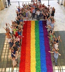 Bandera del World Pride del Ayuntamiento de Madrid