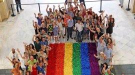 Lista la bandera que lucirá Cibeles en el Orgullo, de 72 metros cuadrados