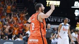 El Valencia barre al Madrid, a una victoria del título