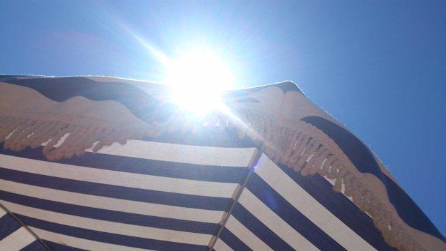 Sol, ola de calor, verano, cáncer de piel, parasol, playa, turismo, vacaciones
