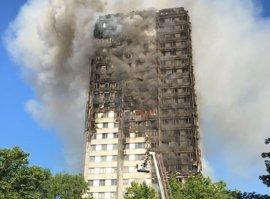 Los bomberos alcanzan la última planta del edificio incendiado en Londres