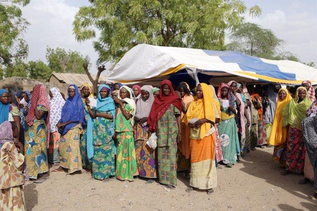 Mujeres esperan a recibir ayuda en Banki, Borno