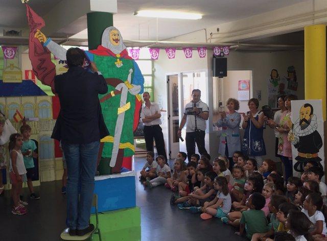 El alcalde de Valladolid coloca una pañoleta al Conde Ansúrez en el colegio