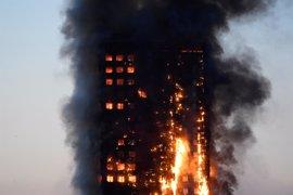 Aumenta a 17 el balance de muertos en el incendio de la torre Grenfell de Londres