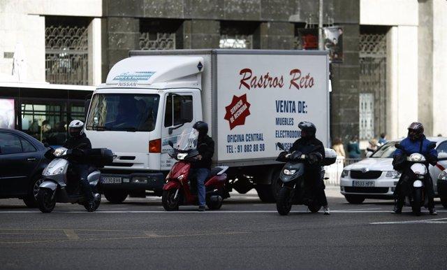 Tráfico, circulación, coches, camión, moto, motos, motocicleta