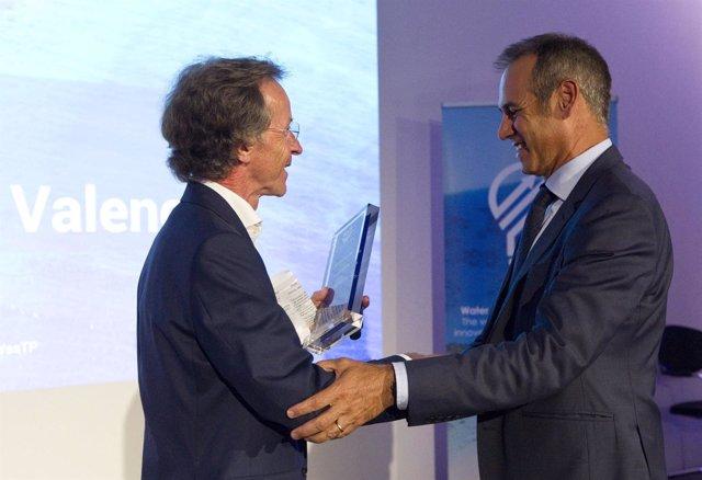 Consejero delegado de Global Omnium, Dionisio García Comín, recoge el galardón