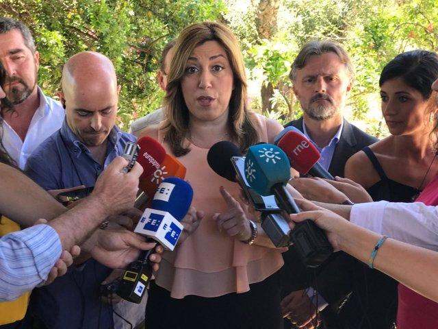 Susana Díaz atiende a los periodistas en Aznalcóllar (Sevilla)