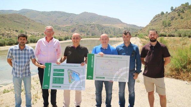 Martínez porta los carteles que describen actuación en la EDAR de Huércal-Overa