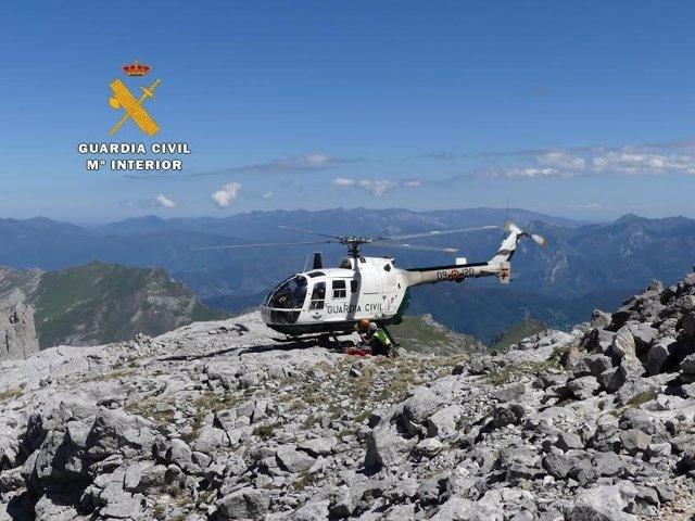 Helicóptero guardia civil. Rescate montañeros suizos en Picos Europa