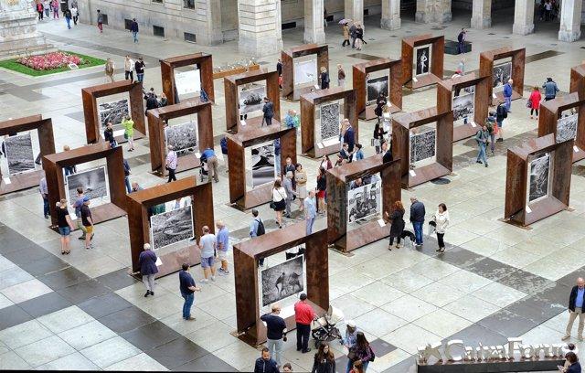 Exposición de fotografías de Sebastiao Salgado en la plaza Porticada