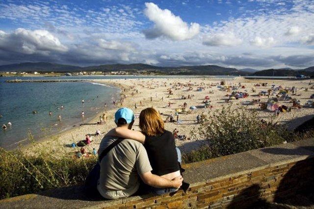 Pareja de vacaciones en la playa de Lugo
