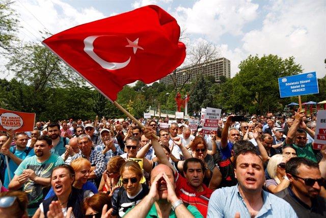 Manifestantes protestan contra la condena de un parlamentario de CHP