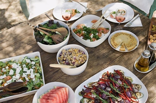 Comida mediterranea, tortilla, ensalada, sandia
