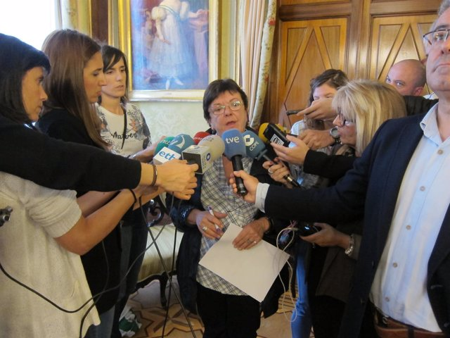 María José Beaumont atendiendo a los medios.