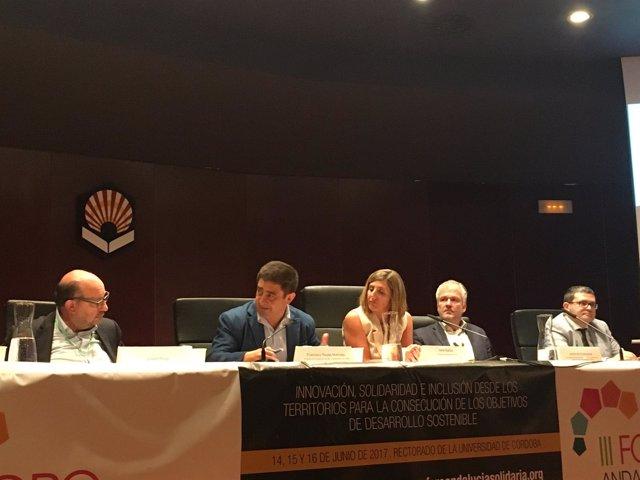 Reyes (2i) interviene en una mesa redonda del III Foro Andalucía Solidaria.