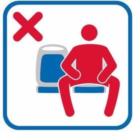 Las pegatinas contra el 'manspreading' pueden verse desde esta semana en las líneas 70, 27 y 34 de la EMT