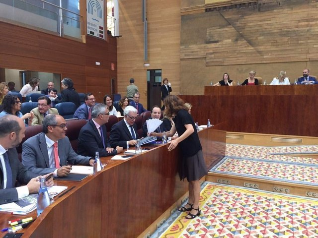 La diputada Mónica García entrega un abanico al consejero de Sanidad